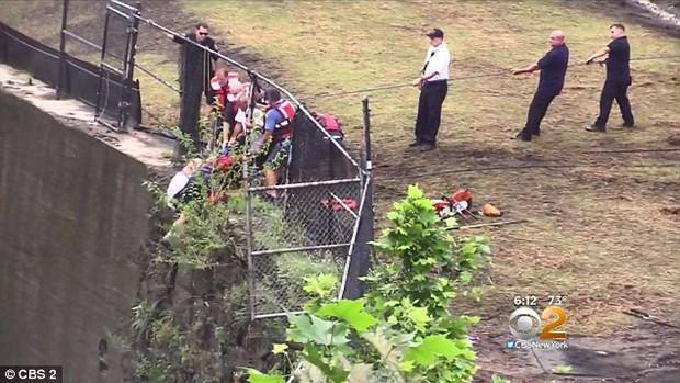 Góc nghịch dại: Nhảy xuống thác nước xiết để vớt điện thoại, thanh niên phải gọi hàng tá nhân viên cứu hộ tới... cứu mình - Ảnh 5.