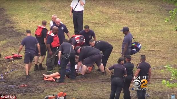 Góc nghịch dại: Nhảy xuống thác nước xiết để vớt điện thoại, thanh niên phải gọi hàng tá nhân viên cứu hộ tới... cứu mình - Ảnh 6.