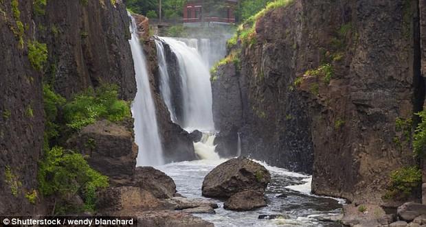 Góc nghịch dại: Nhảy xuống thác nước xiết để vớt điện thoại, thanh niên phải gọi hàng tá nhân viên cứu hộ tới... cứu mình - Ảnh 7.