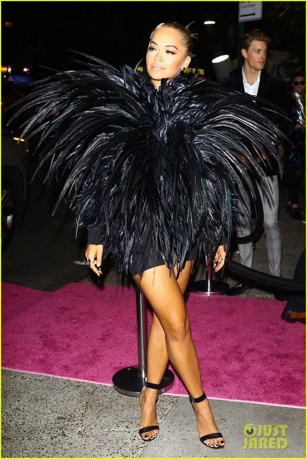 Dàn sao lên đồ dự tiệc hậu VMAs 2018: Rita Ora hóa thành quạ đen, Kylie diện đồ bó sát body gợi cảm - Ảnh 1.