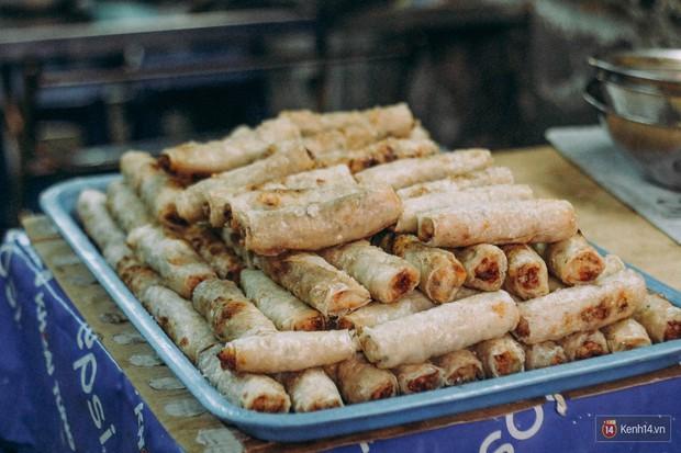 """Ở khu phố sầm uất nhất Sài Gòn, có một hàng bún thịt nướng đã """"trụ vững"""" hơn nửa thế kỉ - Ảnh 4."""