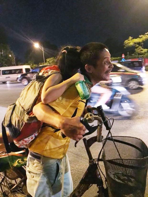 Hình ảnh cha nghèo cõng cả thế giới là cô con gái nhỏ đi nhặt rác, mưu sinh trên phố Hà Nội khiến nhiều người cảm động - Ảnh 2.