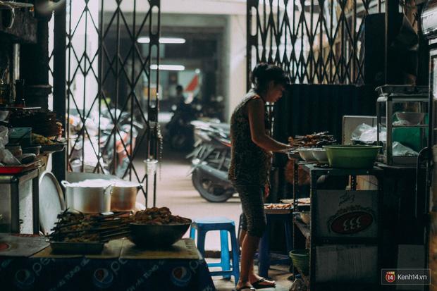 """Ở khu phố sầm uất nhất Sài Gòn, có một hàng bún thịt nướng đã """"trụ vững"""" hơn nửa thế kỉ - Ảnh 2."""