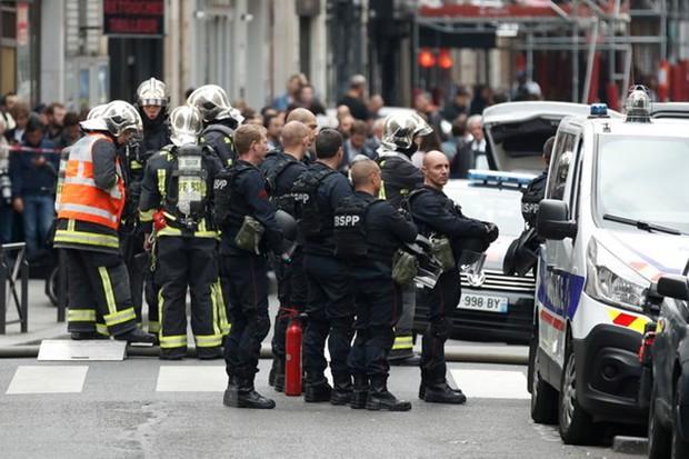 Pháp: Nghi phạm có súng bắt cóc con tin tại chung cư ở Paris - Ảnh 1.