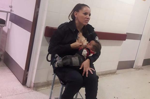 """Nữ cảnh sát cho trẻ suy dinh dưỡng bú gây """"bão"""" mạng - Ảnh 1."""