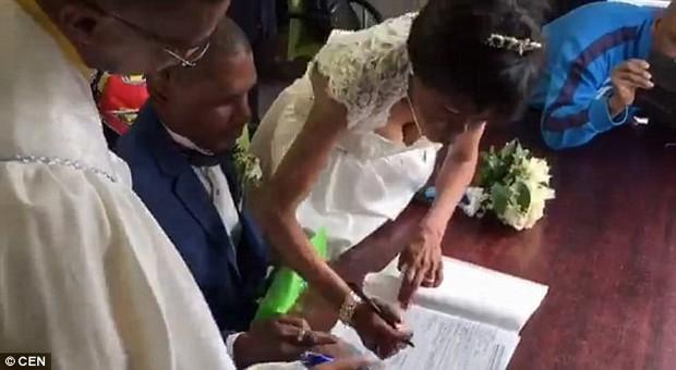 30 năm hẹn hò không dám cưới, cặp đôi vô gia cư tổ chức lễ thành hôn với váy áo đi mượn ngay dưới chân cầu giao thông - Ảnh 2.