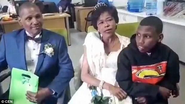 30 năm hẹn hò không dám cưới, cặp đôi vô gia cư tổ chức lễ thành hôn với váy áo đi mượn ngay dưới chân cầu giao thông - Ảnh 3.