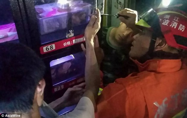 Cố móc món đồ chơi người lớn trong máy bán hàng tự động, chàng trai bị mắc kẹt ngón tay phải gọi đội cứu hộ đến giải cứu - Ảnh 4.