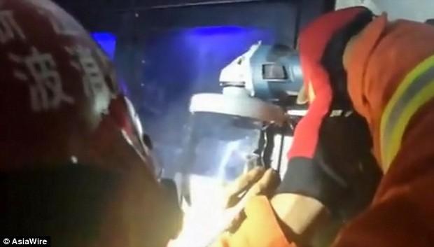 Cố móc món đồ chơi người lớn trong máy bán hàng tự động, chàng trai bị mắc kẹt ngón tay phải gọi đội cứu hộ đến giải cứu - Ảnh 3.