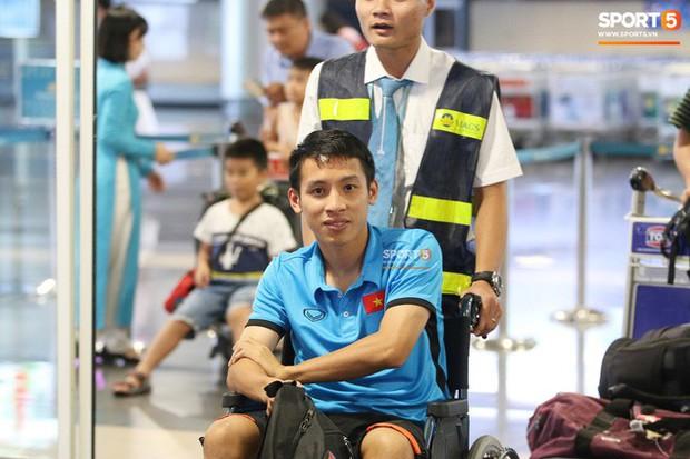 Nhìn con trai di chuyển bằng xe lăn, mẹ Hùng Dũng gắng gượng kìm nước mắt - Ảnh 1.