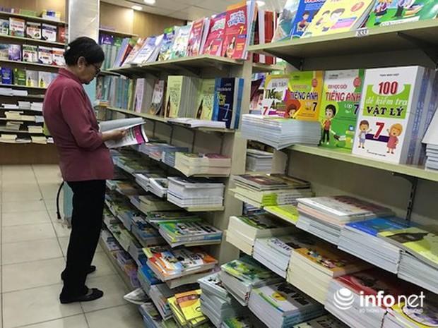 TP.HCM: Hé lộ nguyên nhân sách giáo khoa thiếu trầm trọng đầu năm học mới - Ảnh 1.