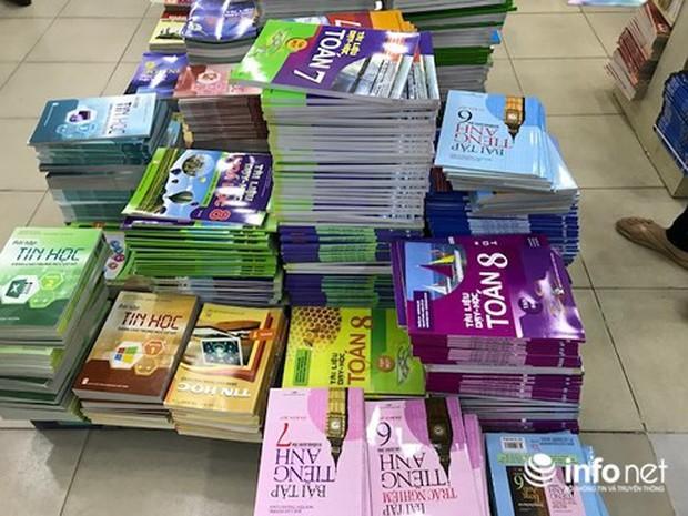 TP.HCM: Hé lộ nguyên nhân sách giáo khoa thiếu trầm trọng đầu năm học mới - Ảnh 2.
