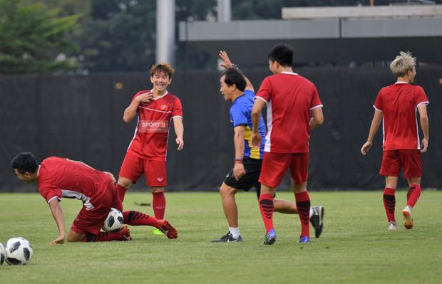 Văn Toàn, Minh Vương vui cười thoải mái dù phải tập riêng trước trận gặp Bahrain - Ảnh 1.