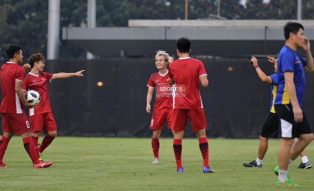 Văn Toàn, Minh Vương vui cười thoải mái dù phải tập riêng trước trận gặp Bahrain - Ảnh 2.