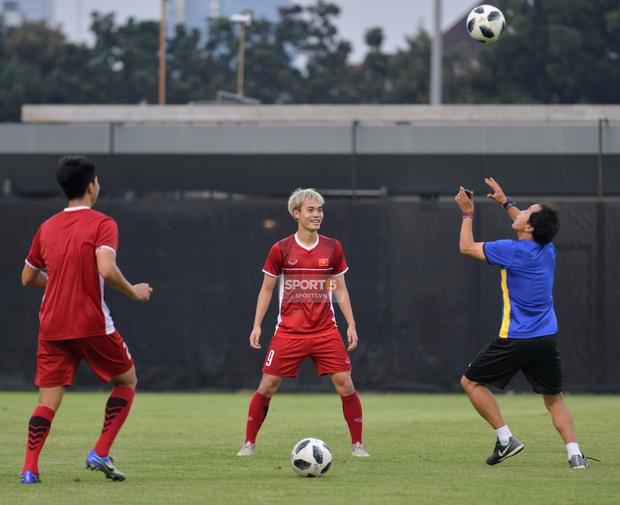 Văn Toàn, Minh Vương vui cười thoải mái dù phải tập riêng trước trận gặp Bahrain - Ảnh 3.