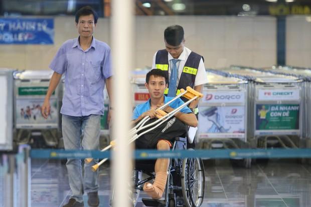 Nhìn con trai di chuyển bằng xe lăn, mẹ Hùng Dũng gắng gượng kìm nước mắt - Ảnh 4.