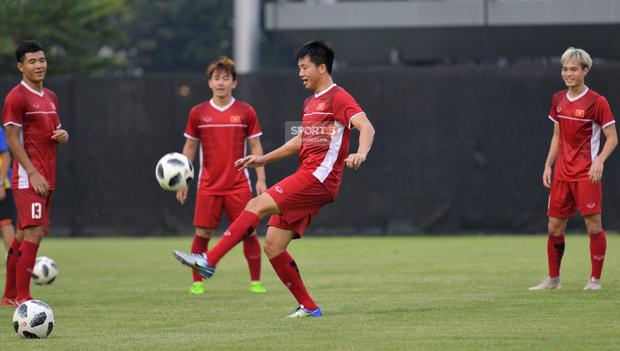 Văn Toàn, Minh Vương vui cười thoải mái dù phải tập riêng trước trận gặp Bahrain - Ảnh 4.
