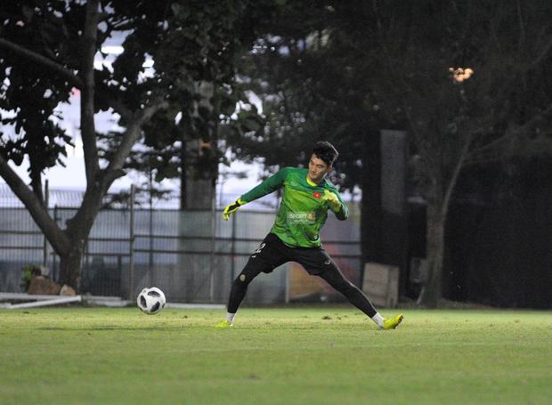 Văn Toàn, Minh Vương vui cười thoải mái dù phải tập riêng trước trận gặp Bahrain - Ảnh 5.