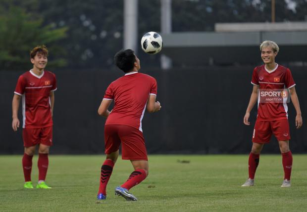 Văn Toàn, Minh Vương vui cười thoải mái dù phải tập riêng trước trận gặp Bahrain - Ảnh 6.