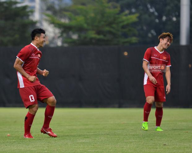 Văn Toàn, Minh Vương vui cười thoải mái dù phải tập riêng trước trận gặp Bahrain - Ảnh 7.