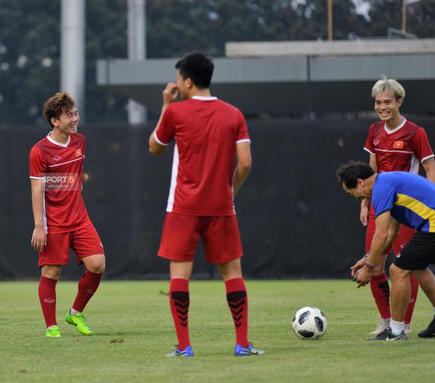 Văn Toàn, Minh Vương vui cười thoải mái dù phải tập riêng trước trận gặp Bahrain - Ảnh 8.