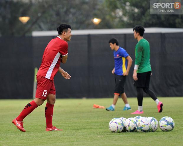 Văn Toàn, Minh Vương vui cười thoải mái dù phải tập riêng trước trận gặp Bahrain - Ảnh 10.