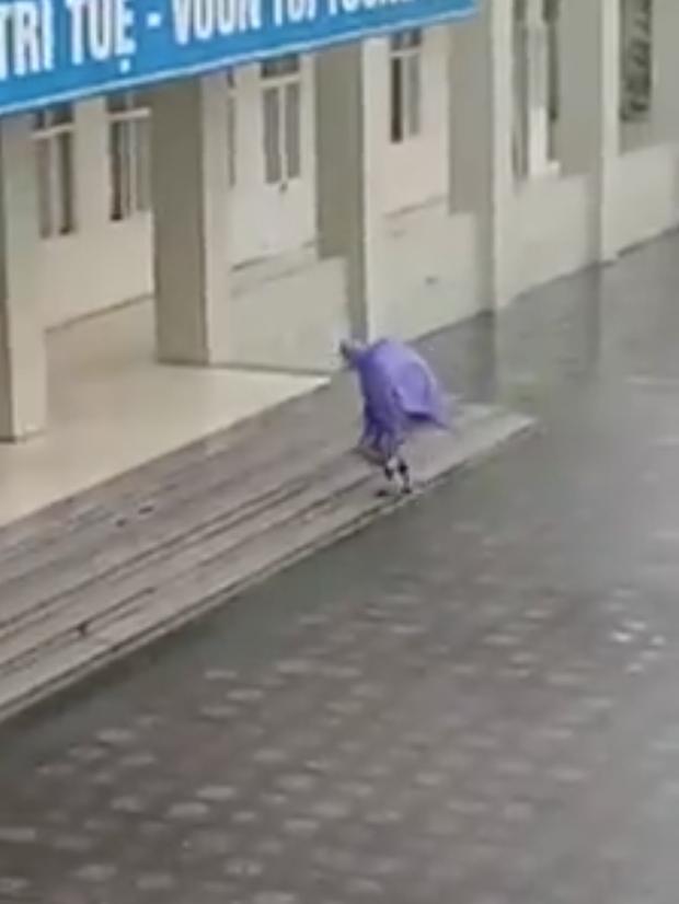 Bất chấp phong ba bão táp, nam sinh vẫn cặm cụi cõng em gái mưa đến lớp học - Ảnh 2.