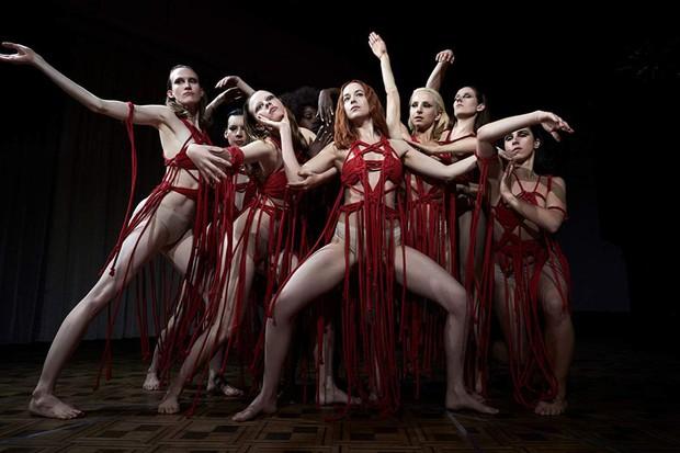 Clip: Người đẹp 50 Sắc Thái thả hồn vào vũ khúc ma mị trong trailer kinh dị Suspiria - Ảnh 5.
