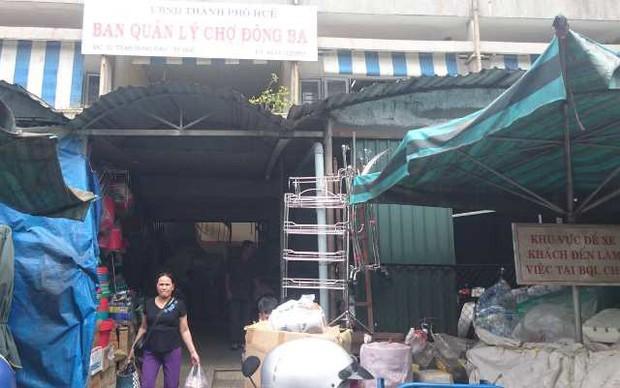 Nhắc nhở việc để xe, một bảo vệ chợ Đông Ba bị đâm nguy kịch - Ảnh 1.