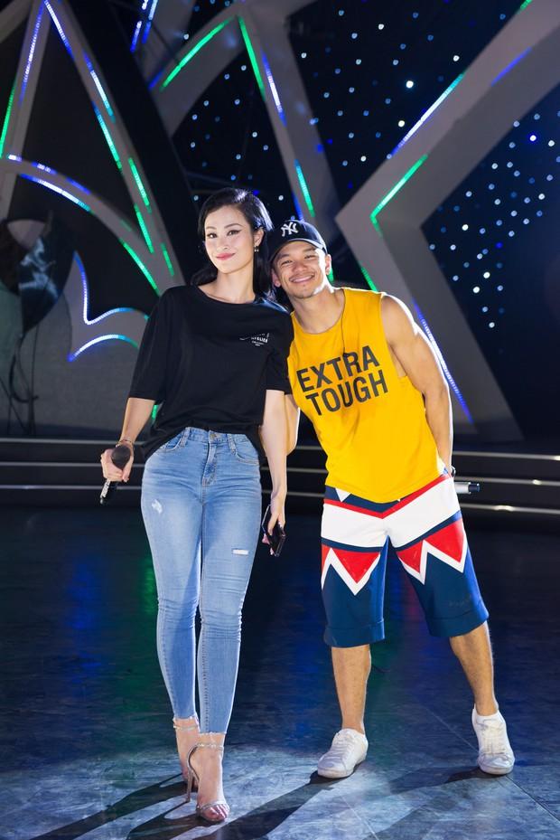 Clip: Đông Nhi cởi giày, nhảy cực sung cùng thí sinh Hoa hậu Việt Nam trong buổi tổng duyệt - Ảnh 2.