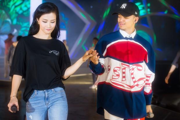 Clip: Đông Nhi cởi giày, nhảy cực sung cùng thí sinh Hoa hậu Việt Nam trong buổi tổng duyệt - Ảnh 4.