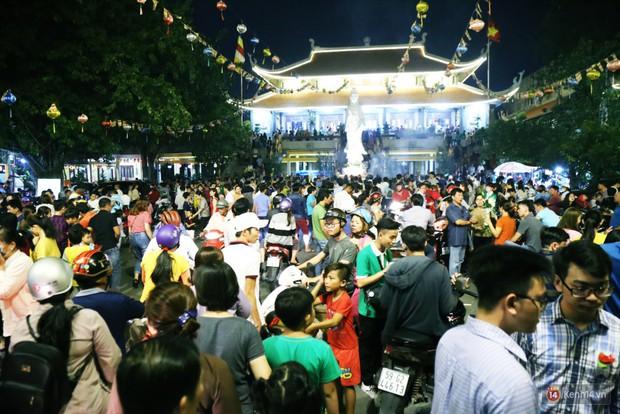 Hàng nghìn người Sài Gòn trật tự xếp hàng dài, chờ gõ chuông chùa cầu bình an cho cha mẹ trong ngày Vu Lan - Ảnh 1.