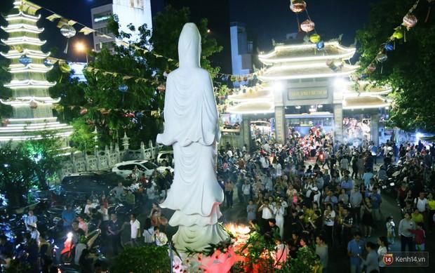 Hàng nghìn người Sài Gòn trật tự xếp hàng dài, chờ gõ chuông chùa cầu bình an cho cha mẹ trong ngày Vu Lan - Ảnh 7.