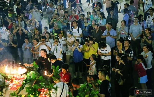 Hàng nghìn người Sài Gòn trật tự xếp hàng dài, chờ gõ chuông chùa cầu bình an cho cha mẹ trong ngày Vu Lan - Ảnh 6.