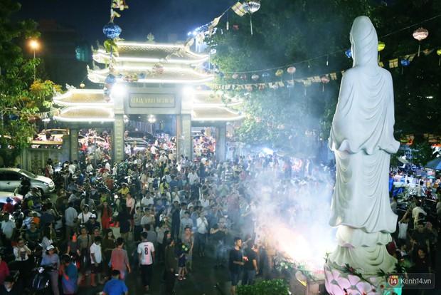 Hàng nghìn người Sài Gòn trật tự xếp hàng dài, chờ gõ chuông chùa cầu bình an cho cha mẹ trong ngày Vu Lan - Ảnh 5.