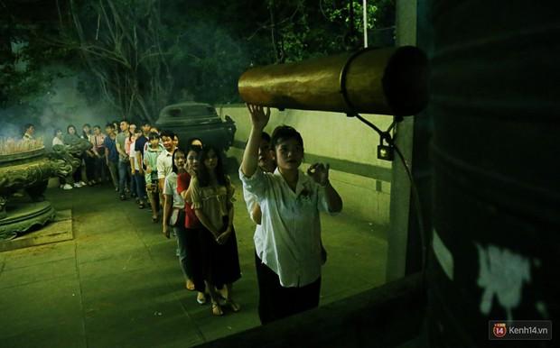Hàng nghìn người Sài Gòn trật tự xếp hàng dài, chờ gõ chuông chùa cầu bình an cho cha mẹ trong ngày Vu Lan - Ảnh 13.