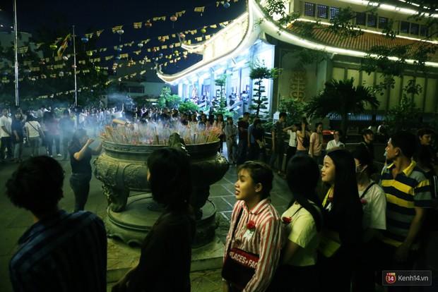 Hàng nghìn người Sài Gòn trật tự xếp hàng dài, chờ gõ chuông chùa cầu bình an cho cha mẹ trong ngày Vu Lan - Ảnh 14.