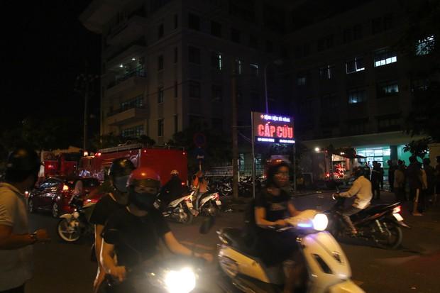 Cháy tại Bệnh viện Đà Nẵng, người nhà tá hoả di chuyển bệnh nhân - Ảnh 4.