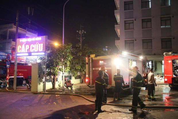Cháy tại Bệnh viện Đà Nẵng, người nhà tá hoả di chuyển bệnh nhân - Ảnh 1.