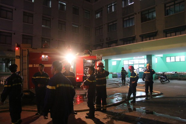 Cháy tại Bệnh viện Đà Nẵng, người nhà tá hoả di chuyển bệnh nhân - Ảnh 2.