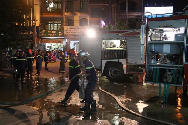 Cháy tại Bệnh viện Đà Nẵng, người nhà tá hoả di chuyển bệnh nhân - Ảnh 3.