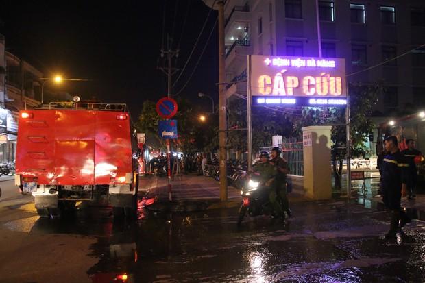 Cháy tại Bệnh viện Đà Nẵng, người nhà tá hoả di chuyển bệnh nhân - Ảnh 5.