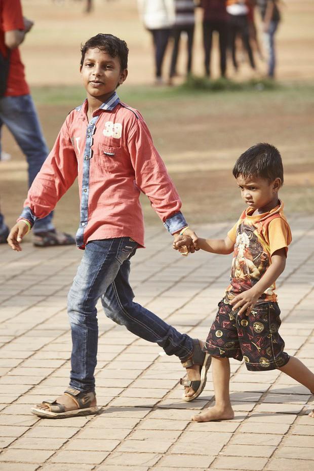 Nắm tay nhau mỗi khi ra đường: Nét văn hóa kỳ lạ nhưng thú vị giữa những anh đàn ông Ấn Độ - Ảnh 12.