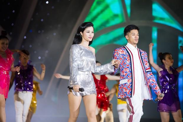 Clip: Đông Nhi cởi giày, nhảy cực sung cùng thí sinh Hoa hậu Việt Nam trong buổi tổng duyệt - Ảnh 6.