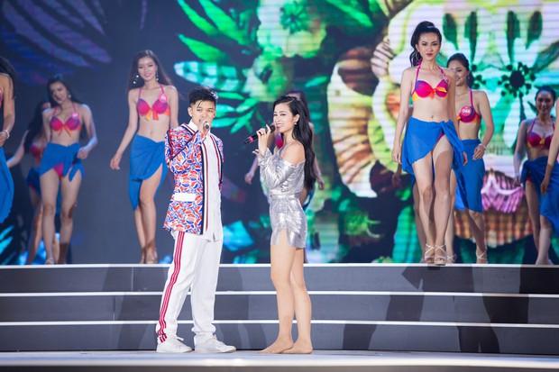 Clip: Đông Nhi cởi giày, nhảy cực sung cùng thí sinh Hoa hậu Việt Nam trong buổi tổng duyệt - Ảnh 5.