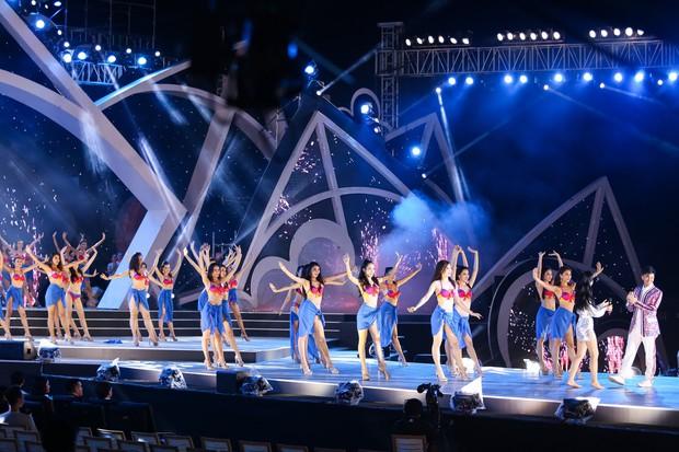 Clip: Đông Nhi cởi giày, nhảy cực sung cùng thí sinh Hoa hậu Việt Nam trong buổi tổng duyệt - Ảnh 8.