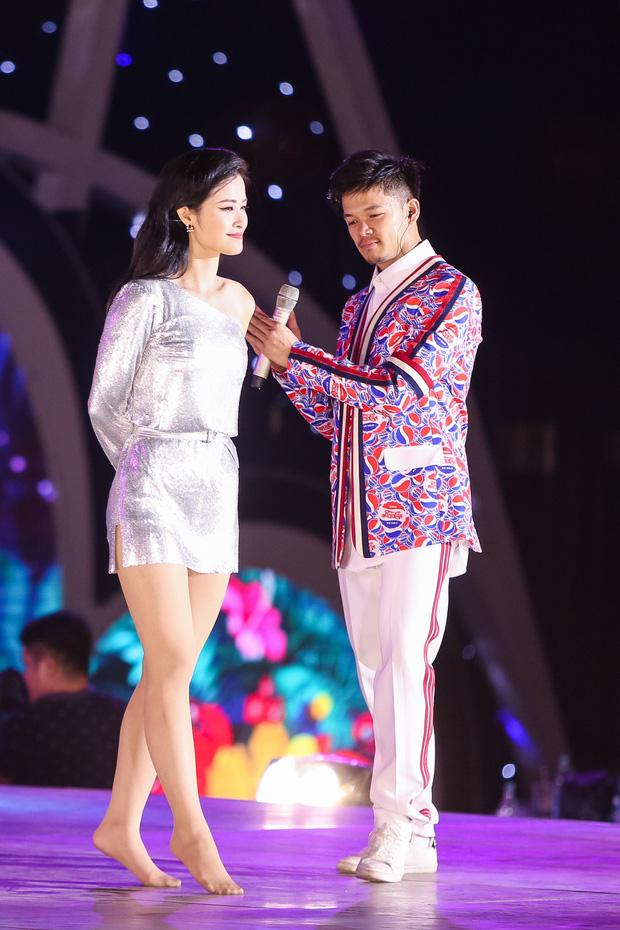 Clip: Đông Nhi cởi giày, nhảy cực sung cùng thí sinh Hoa hậu Việt Nam trong buổi tổng duyệt - Ảnh 7.