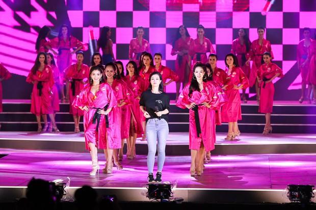 Clip: Đông Nhi cởi giày, nhảy cực sung cùng thí sinh Hoa hậu Việt Nam trong buổi tổng duyệt - Ảnh 3.
