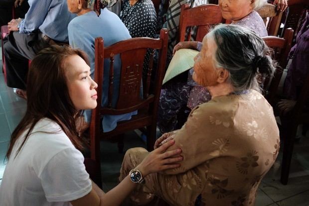 Mỹ Tâm về quê Quảng Nam trao quà cho người già neo đơn, hình ảnh đẹp ấm lòng mùa Vu Lan! - Ảnh 7.