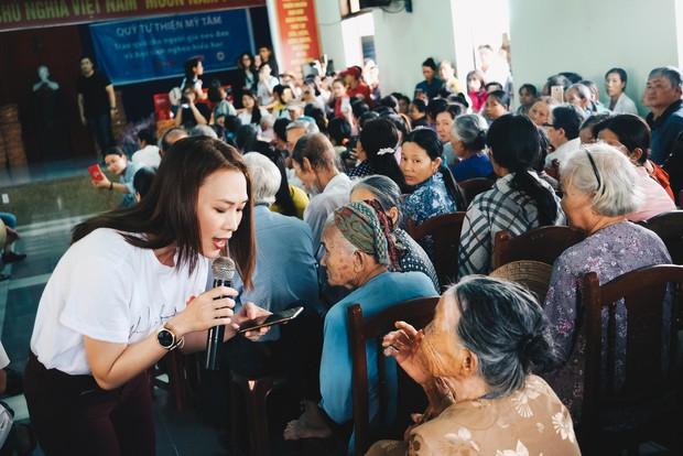 Mỹ Tâm về quê Quảng Nam trao quà cho người già neo đơn, hình ảnh đẹp ấm lòng mùa Vu Lan! - Ảnh 5.